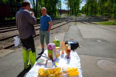 Lunch i solen utanför stallporten