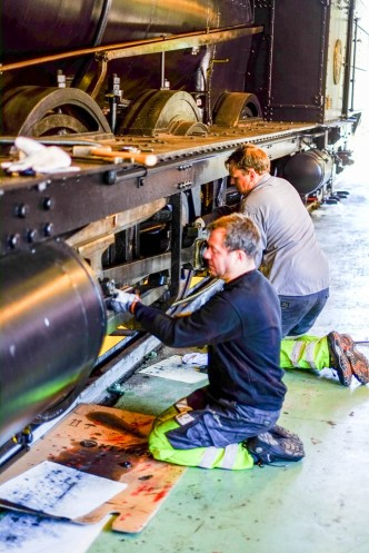 Claes lossar tvärstycksbulten och Martin ger sig på kilen i vevstakens storända