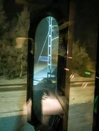 Ljusblixtar från stömavtagaren målar landskapet blått