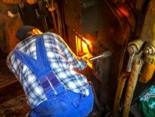 Johan arbetar hårt med att hålla ångtrycket uppe