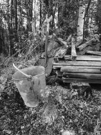 Gamla redskap ute i skogen